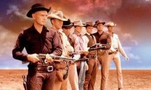 Les 7 mercenaires alignés avec leurs armes